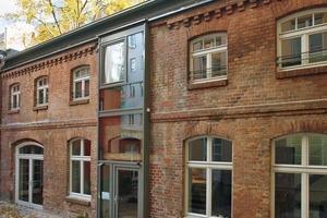 Die drei Dachfenster sind aus dem Sortiment von Velux. Das Flachdach-Fenster CFP 120/120 kann durch seine guten Wärmedämmwerte für Wohnbauten verwendet werden