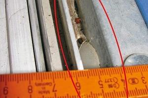 Bild10: Größerer Wassereintritt zwischen Metallrahmen des Hochwasserschutzsystems und Blendrahmen des Fensters