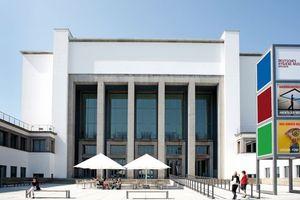 Der Deutsche Architektentag findet im Deutschen Hygiene-Museum Dresden, einem Architekturdenkmal der Klassischen Moderne, statt, dass durch das Architekturbüro Kulka und Partner (Köln/Dresden) generalsaniert und modernisiert wurde. Entstanden ist ein spannungsvoller, ästhetisch überzeugender Dialog des historischen Gebäudes mit einer sehr individuellen, zeitgenössischen Architektursprache.