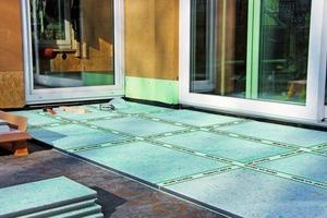 Wegen der geringen Aufbauhöhe konnte diese Außenterrassebei einer Gebäudeaufstockung nur mit Vakuumisolationspaneelen gedämmt werden