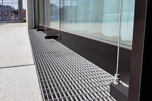 Die Entwässerungssysteme kamen vor den Glasfassaden und den Eingängen im ersten Obergeschoss zum Einsatz. Auch der Sportplatz des Bildungscampus' befindet sich auf dieser Ebene