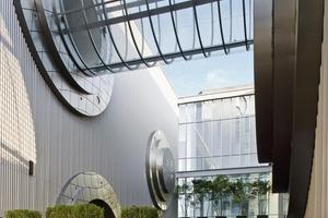 """<div class=""""6.6 Bildunterschrift / Herstellerangaben"""">Die runden Öffnungen geben dem Gebäude seinen Namen """"Kring"""".  Kring ist das holländische Wort für Ring</div>"""