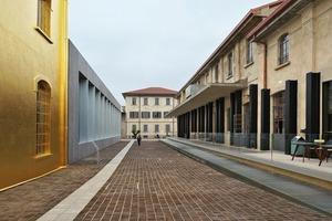 Empfangshof, der von den sanierten Altbauten und der neu errichteten Ausstellungshalle flankiert wird