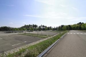 Auf dem Gelände, im Vorfeld der Verwaltungsbauten: Parkdecks sowie das Auge reicht.
