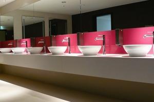 """<div class=""""10.6 Bildunterschrift"""">In den WC's entschieden sich Investor und Architekten für die klare Formensprache der Serie  Tonic. Die puristische und vielseitig kombinierbare Formengebung, entworfen vom Darmstädter Designteam Artefakt, ist ein Klassiker des modernen Baddesigns und passt perfekt in die Stilwelt des Hotels</div>"""