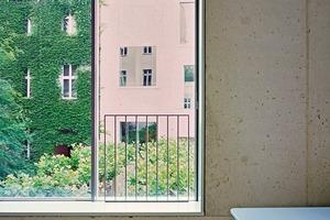 """<div class=""""13.6 Bildunterschrift"""">25 Fenster sind mit hochwärmegedämmten Schiebeelementen von SOREG<sup>®</sup>-glide ausgeführt. Der Rahmenwerkstoff GFK der bis zu 3700 mm hohen, 2- bzw. 3-schienigen Fenstersysteme garantiert eine verzugsfreie und isolierende Bauweise. Eigens entworfene Aluminium-Deckleisten sorgen für schmutzfreie Entwässerung der Elemente. Die Fenster erreichen statische und bauphysikalische Spitzenwerte u.a. bei der Schlagregendichtheit</div>"""