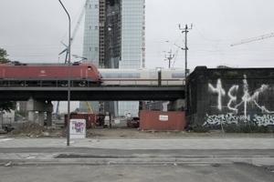 Im Osten der Bank: eine Bahntrasse für den Güter- und Fernverkehr