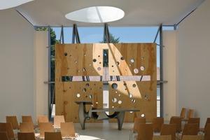 Die Geometrie des Gebäudes zeigt eine spirituelle Symbolik-die Form des Gottesdienstraumes leitet sich von einem riesigen Tisch her<br />