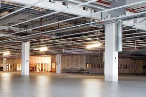 Der Neubau der Produktionshalle erforderte eine wirtschaftliche und langlebige Bodenbeschichtung. Für die sensiblen Produktionsbereiche wurde eine sichere elektrostatische Ableitfähigkeit sowie ausreichende Rutschhemmung gefordert. Auf Wunsch des Kunden entstand die neue dissipative Strukturbeschichtung Sikafloor235-ESD Thixo. Das 2-komponentige Epoxidharzbindemittel für elektrisch ableitfähige Beschichtungen entspricht der DIN EN 61340-5-1 für Fußböden im Innenbereich mit strukturierter Oberfläche