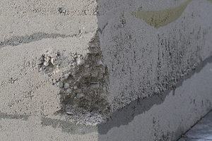 Kantenausbruch am Infopavillon, wahrscheinlich durch Schneeräumfahrzeuge erfolgt