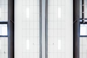 """<div class=""""13.6 Bildunterschrift"""">Eine Sporthallendecke muss in ihrer Funktion ballwurfsicher und robust sein. In den Normen DIN18041 und DIN18040-1 wurden die entsprechenden Vorgaben und Empfehlungen konkretisiert und erweitert. Ecophon Super G Plus A ist eine Akustikdecke, die sich besonders für Sporthallen und ähnliche Einsatzbereiche eignet, in denen eine sehr hohe Schlagfestigkeit erforderlich ist</div>"""