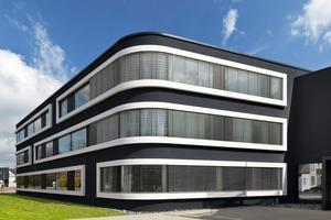 Die abgerundeten Ecken mit den gebogenen Scheiben geben dem Gebäude eine weiche und plastische Form, die durch die Fensterbänder mit ihren breiten weißen Rahmen betont wird<br />