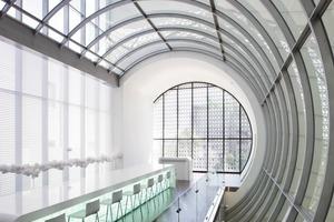Fassadenzwischenräume werden als Außenterrassen genutzt, im Innenraum werden Verkehrswege zu Eventräumen<br />