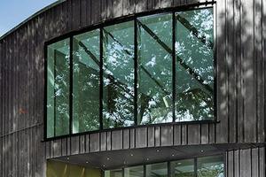 """<div class=""""13.6 Bildunterschrift"""">Die Gebäudekommunikationsanlage stammt aus der Designlinie Siedle Steel von Siedle. Die Farbe der Pulverbeschichtung entspricht der Farbe der Türrahmen. So ergibt sich ein stimmiger Eingangsbereich</div>"""
