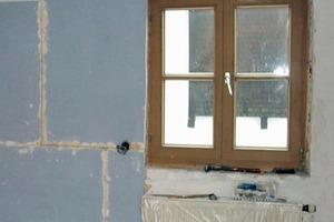 Kalziumsilikatplatten werden nahezu hohlraumfrei an der Wand verklebt