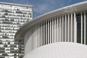 Philharmonie Luxembourg mit einem der beiden Pfeiler der Porte d'Europe