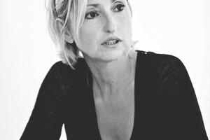Elke Delugan_Meissl, Dipl.Ing. geboren in Linz<br /> Studium an der Technischen Universität Innsbruck, Diplom bei Prof. Othmar. Barth<br /> 2003-2008 Mitglied des Grundstücksbeirats Wien<br /> 2006 Gastdozentin an der Universität Stuttgart<br /> 2006-2010 Vorsitzende des Gestaltungsbeirats Salzburg<br /> seit 2009 Vorsitzende des BIG Architektur Beirats Wien [Mitglied seit 2007]