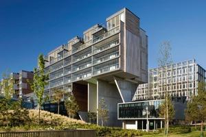 """<div class=""""10.6 Bildunterschrift"""">Das Ziel war es, den Energiebedarf des Komplexes auf ein Minimum zu reduzieren, die Dichte zu maximieren, Flexibilität zu gewährleisten und durch Nutzungsvielfalt Interaktion zwischen den einzelnen Strukturen zu erreichen. Wichtig waren dabei: die optimale Gebäudeausrichtung, die Gebäudeform, natürliches Licht und die Ventilation</div>"""