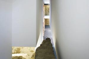 Im Treppenhaus im Mittelrisalit des Westflügels begegnen sich alte und neue Treppenkonstruktion
