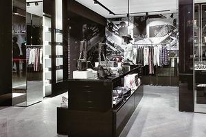 Das stringent durchgehaltene Gestaltungskonzept in Schwarz-Weiß-Kontrasten wird von LEDs in 4000 K kühl beleuchtet