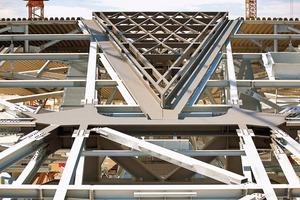 Im Zentrum der Raute öffnet sich die Konstruktion und gibt ein Oberlicht (hier in der Bauphase) in Form eines Kristalls von etwa 6x30m frei. Integrierte Glaselemente sorgen für die transparente Wirkung des Bahnsteigdachs