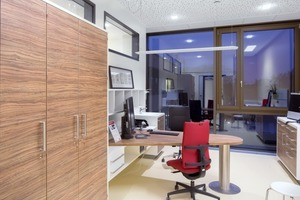 Im Besprechungszimmer kann die Beleuchtung individuell eingestellt werden, je nach Anforderung