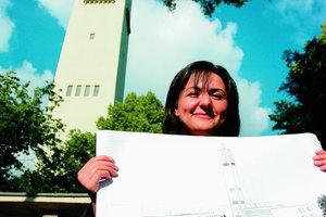 Die Muslimin Nalan Cicek mit ihrem Beitrag zum Kirchbauprojekt St. Nicolai