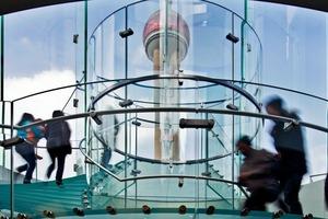 Die Handläufe bestehen aus massivem, gebürstetem Edelstahl. Nun kann man zurecht behaupten, die Treppenanlage ist ausschließlich aus Glas und Edelstahl erbaut