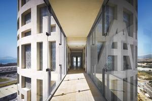 Die Brücken zwischen den Gebäuden wirken wie Stege aufgrund der vollständigen Verglasung. Sie bilden gleichzeitig das Foyer jeder Etage<br />