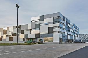Die einzelnen Metalllamellen sind an den Gebäudekanten nicht gestoßen, sondern aufwändig gekantet und verstärken so den Eindruck eines<br />Paketstapels