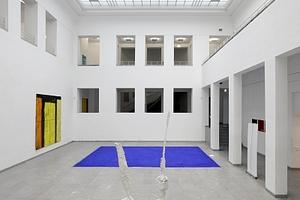 Zentrales Atrium mit historischer Tageslichtdecke (alle hier gezeigten Ausstellungsstücke sind Arbeiten von Thomas Kessler, der zurzeit noch eine Einzelausstellung hat)