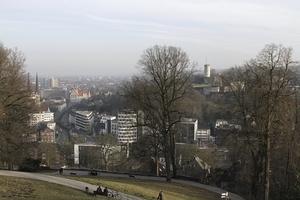 Blick vom Parkgelände Johannisberg auf die Stadt mit Burg gegenüber