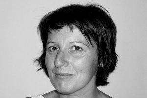 """Antonia Maio Lago<div class=""""fliesstext_vita"""">–Diplom in angewandter Kunst:</div><div class=""""fliesstext_vita"""">Innenarchitektur und Werbegrafik an der Mestre Mateo Arts School in San-</div><div class=""""fliesstext_vita"""">tiago de Compostela, Spanien</div><div class=""""fliesstext_vita"""">–Arbeitete als Grafikdesignerin im Studio Liberarte (zusammen mit</div><div class=""""fliesstext_vita"""">Pilar Paz), entwickelte das Corporate Design für MNG und deren Publikationen</div><div class=""""fliesstext_vita"""">–Grafikerin von verschiedenen Kunst-</div><div class=""""fliesstext_vita"""">katalogen galizischer Künstler</div><div class=""""fliesstext_vita"""">–Gründerin von Materia Interior</div><div class=""""fliesstext_vita"""">Design in Santiago Compostela –Partnerin im Büro Antidoto, arbeitet im Bereich Innenarchitektur und Möbeldesign</div>"""