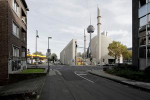 Diskutiert wird darüber, ob die Tankstelle (links) bleiben darf ...