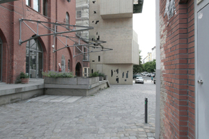 Heller Sandstein kontrastiert mit Industriebautenklinker