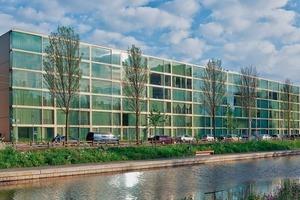 Der Wohnblock 10 liegt am Erasmusweg im Stadtviertel Den Haag-Moerwijk. Das Gebäude hat eine klare Vorderseite und Rückseite, die sich grundsätzlich voneinander unterscheiden. Der Akzent liegt an der Straßenfassade, während die Hinterfassade kostengünstiger ausgeführt wurde