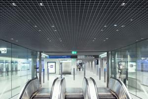 Die LED-Lichtpunke in der Schutzart IP 65 passen in die 75mm großen Zellen der Rasterdeck und beleuchten das Sperrengeschoss angenehm hell und blendfrei. Die 132m lange Lichtwand reagiert auf Besucherströme und Tageszeiten