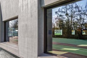 Die rund 50 cm tiefen Brüstungen der Fenster können auch als Sitzbank dienen. Vom Spielfeld und der Tribüne aus rahmen sie die Landschaft und gewährleisten den Sichtbezug nach außen