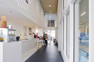 Die Bar liegt im ersten Obergeschoss wie der Zugang zum Schwimmbad