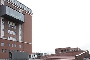 Blick von Westen auf das Dortmunder U (Gerber Architekten) und die ansteigenden Dachlandschaft über der Aula. Die auf dem Dach integrierten Sitzstufen lassen an Open-Air-Theater denken