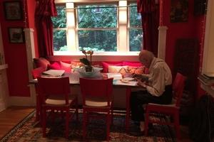 Yona Friedman, hier in seinem Zuhause beim Arbeiten. Auch er wird ein Summer House abliefern