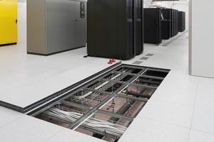 Serverräume oder Räume mit einer großen Zahl von anzusteuernden elektronischen bzw. technischen Einheiten werden vorzugsweise mit Doppelböden ausgestattet, die an jedem beliebigen Punkt geöffnet werden können<br />