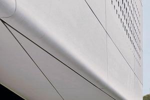 Das monolithische Erscheinungsbild verdankt das Wohnhaus am Wörthersee dem Einsatz von dünnwandigen glasfaserverstärkten Betonpaneelen, die die obere Gebäudehülle bilden, wobei geformte Elemente die nahtlosen Übergängen vom Dach über die Untersicht bis zur Fassade schaffen