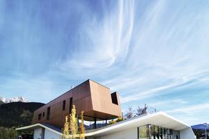 Die hinterlüftete Fassade wurde mit Max Exterior-Platten verkleidet und sorgt für einen atmungsaktiven Wandaufbau des Wohnteils. Sonnenschutzgläser gewährleisten lichtdurchflutete Räume und unterstützen die atmosphärischen Eigenschaften<br />&nbsp;<br />
