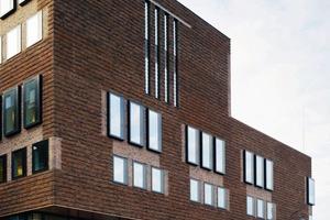 Vor der Nordfassade hängt ein ornamentaler Rundbogen<br />