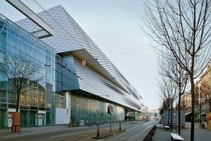 Dass der 32m hohe Baukörper bemerkenswert leicht und elegant wirkt, liegt an seiner Gliederung in drei deutlich ablesbare Gebäudevolumen