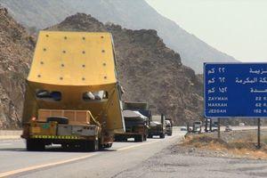 Mit dem Schwertransporter nach Mekka: Der riesige Halbmond für die Turmspitze muss in elf Teilen transportiert werden