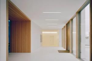 Integrierte Deckenleuchten setzen im weißen Innenraum Akzente
