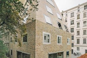 Der Neubau im engen Hinterhof brauchte gekippte Fassaden