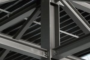 Das Gründach erzeugt immense Lasten. Trotzdem konnte in der Halle ein Stützenraster von 26 m realisiert werden<br />